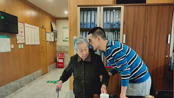 罗院长与奶奶交流