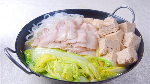 成都服务好的养老院一暄康养教大家制作白菜炖冻豆腐3