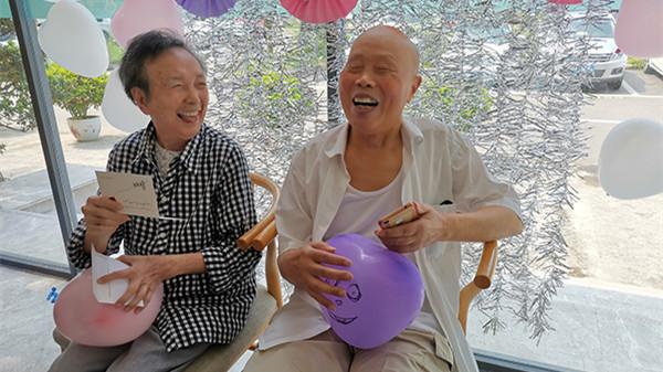 石奶奶收到吴爷爷的情书后好开心