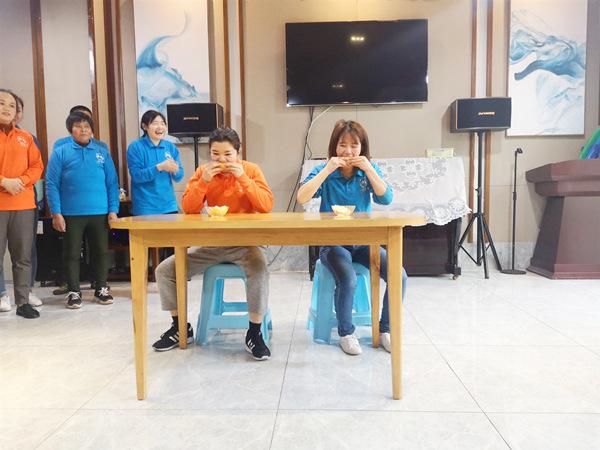 4、成都养老院一暄康养海洋公园(南门)院2019年年末冬季趣味运动会-吃柠檬