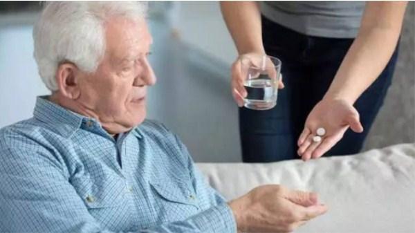 成都养老院|服药用水有讲究,一暄康养教您如何正确用药