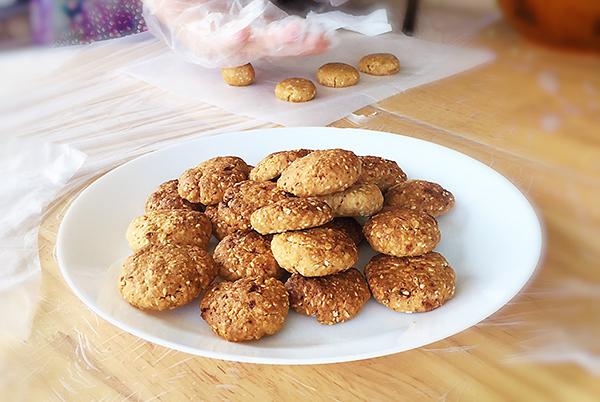 成都金牛区养老院烘焙师带领长者制作燕麦芝麻饼干5