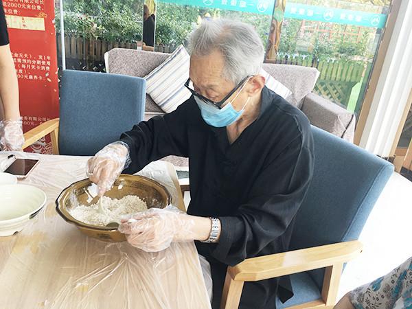 成都金牛区养老院烘焙师带领长者制作燕麦芝麻饼干1