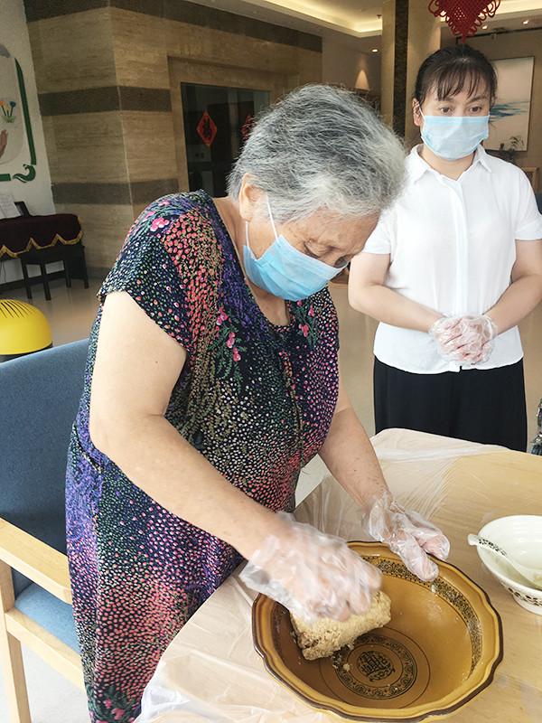 成都金牛区养老院烘焙师带领长者制作燕麦芝麻饼干2