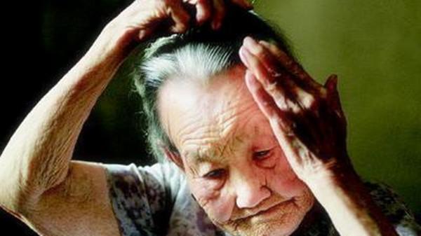 成都养老院经验分享-一暄康养-如何用梳子按摩头部-奶奶梳头