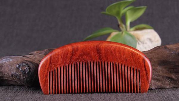 成都养老院经验分享-一暄康养-如何用梳子按摩头部-桃木梳