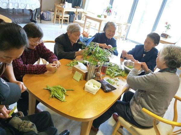 一暄康养厨房携手院内长者共同制作健康饮食