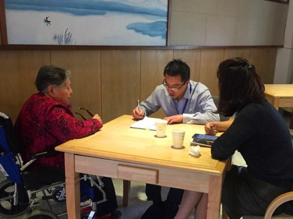 南山社区工作人员上门为一暄康养的爷爷奶奶进行退休金认证服务