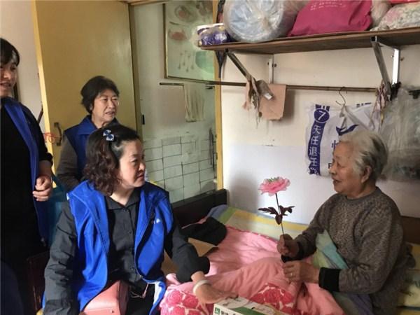 志愿者慰问高龄空巢长者