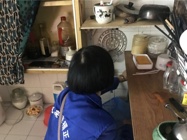 志愿者为高龄空巢长者打扫卫生