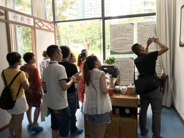 """四川省""""百万养老骨干人才工程""""最后一批次学员的参观学习学员参观理疗室"""