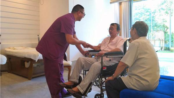 一暄康养成都中医理疗中心理疗师在给院内老人治疗前交流
