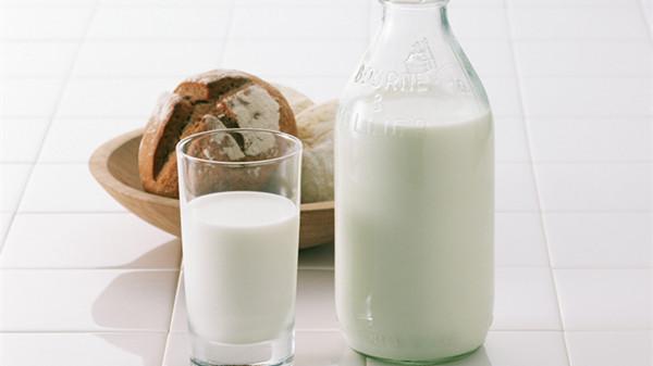 """有助睡眠的6大""""神器""""-温牛奶"""