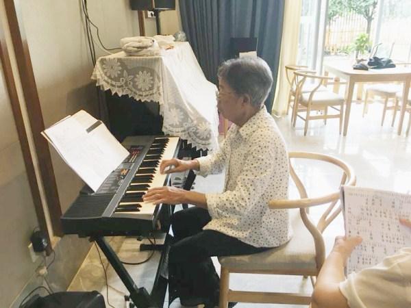 一暄康养长者弹钢琴