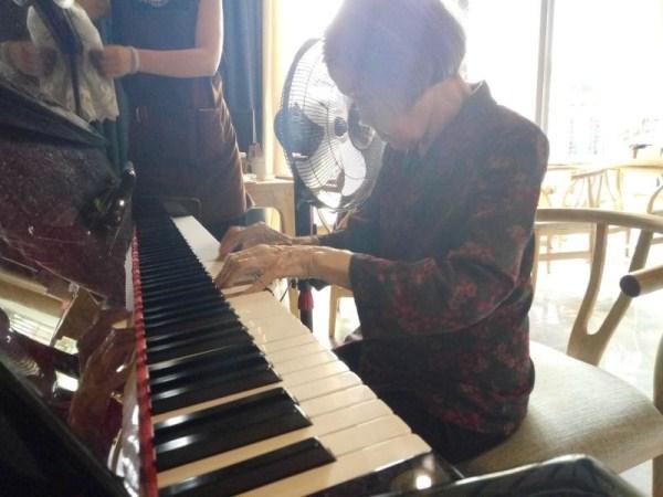 一暄康养张奶奶弹钢琴