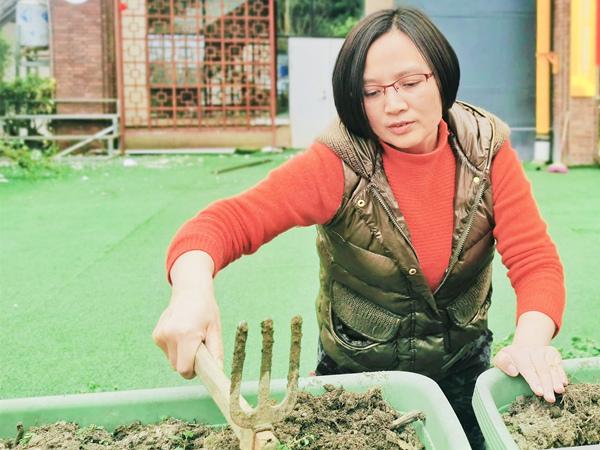 一暄康养总经理许总帮忙改造花园