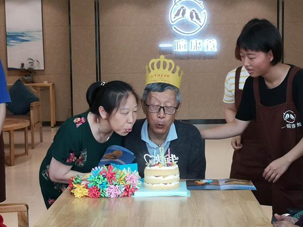 养老院过生日3