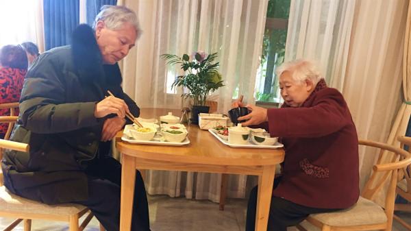 成飞公司附近的高端养老机构一暄康养的餐饮服务-长者用餐现场