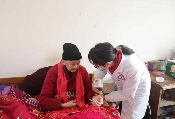 看望慰问百岁老人丨一暄康养践行公益一直在路上4