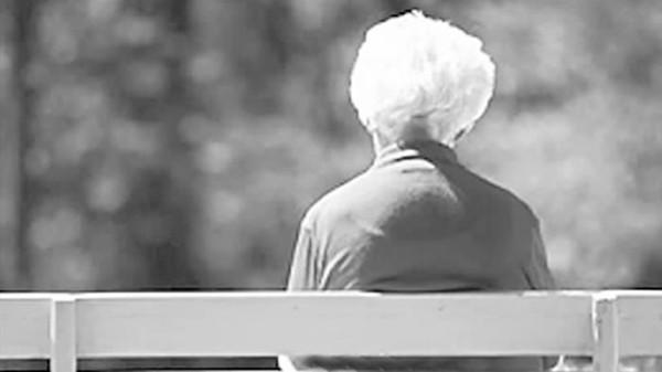 成都青羊区养老院-一暄康养介绍如何让老年人心理变年轻-老年人背影2