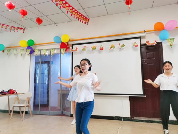 成都双流区养老院一暄天仁照护师表演舞蹈