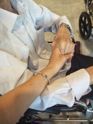 李爷爷与照护师握手