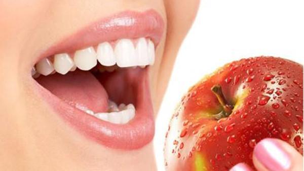 成都养老院经验分享-长寿秘诀:细嚼慢咽-嘴巴吃苹果