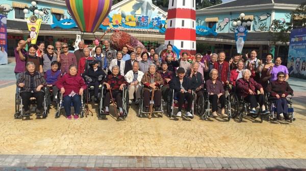 成都养老院一暄康养组织爷爷奶奶们在海洋公园秋游,集体合影