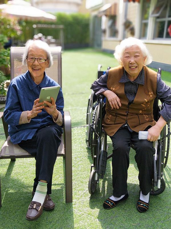 百岁老奶奶手拿iPad