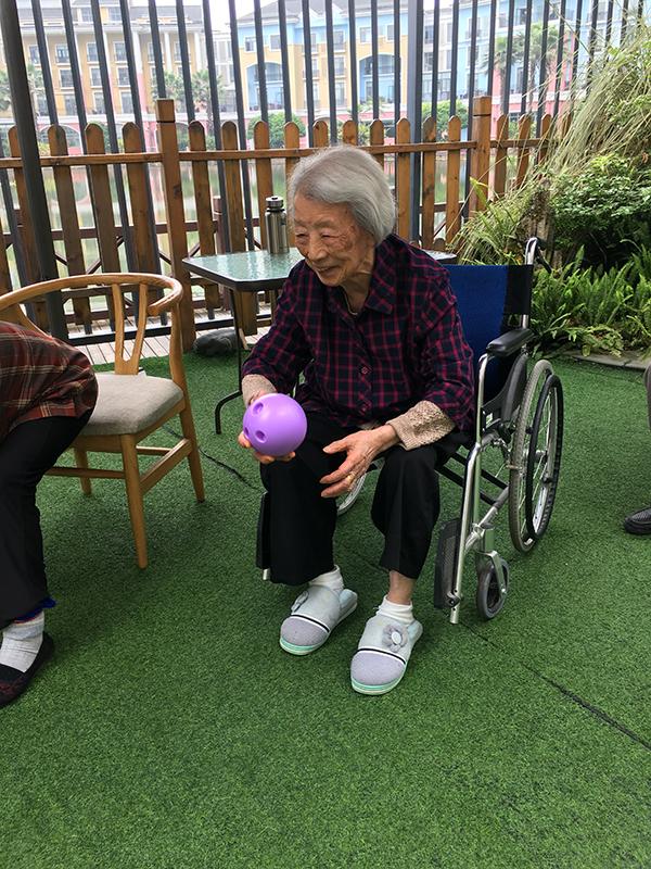 百岁老奶奶玩球