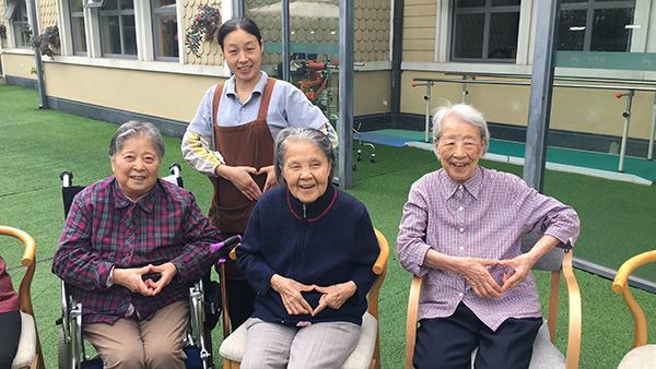 百岁老奶奶比心