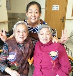 成都养老院一暄康养照护师王阿姨与院内长者母亲节合照