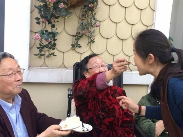 一暄康养杨奶奶喂胡院长吃蛋糕