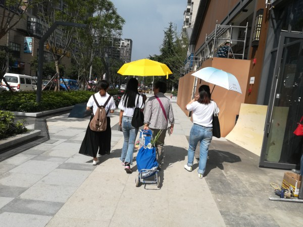 一暄康养志愿者为老人撑伞