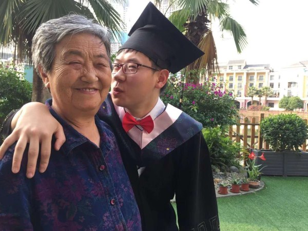 一暄康养员工杨文与房奶奶合影