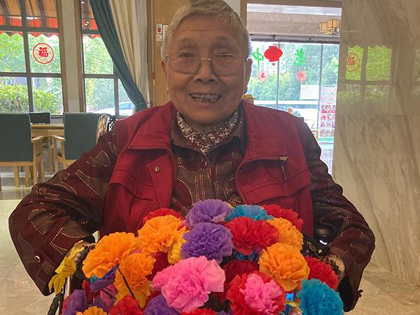 鲜花盛开与老人快乐同在