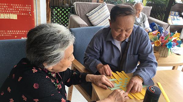 成都金牛养老院老人的创意折纸作品1
