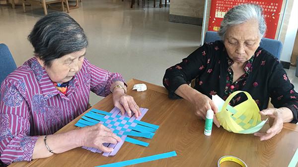 成都金牛养老院老人的创意折纸作品2