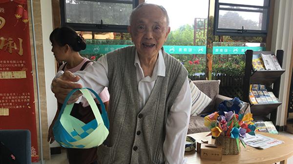 成都金牛养老院老人的创意折纸作品5