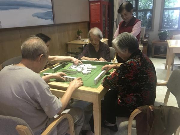 大王奶奶和院内老人一起打麻将