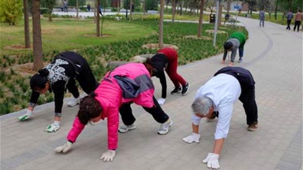 """成都养老院经验分享-抗衰老和延年益寿""""勤奋""""当先-爷爷奶奶锻炼身体"""