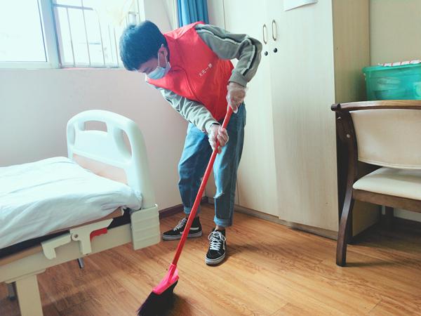 天元一善志愿者为成都养老院的爷爷奶奶打扫卫生1