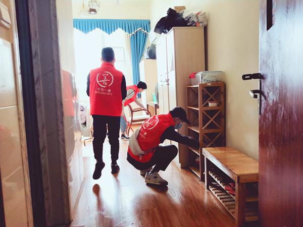 天元一善志愿者为成都养老院的爷爷奶奶打扫卫生3