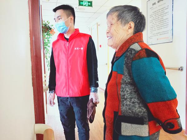 天元一善志愿者陪成都医养结合养老院的爷爷奶奶聊天