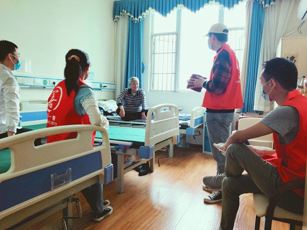 天元一善志愿者陪成都医养结合养老院的爷爷奶奶聊天1