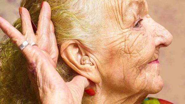 成都金牛区养老院一暄康养教导放助听器入耳道的方法1