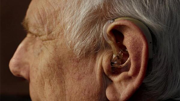 成都金牛区养老院一暄康养教导放助听器入耳道的方法
