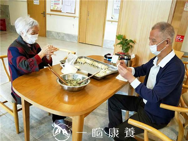 罗爷爷和刘奶奶包饺子