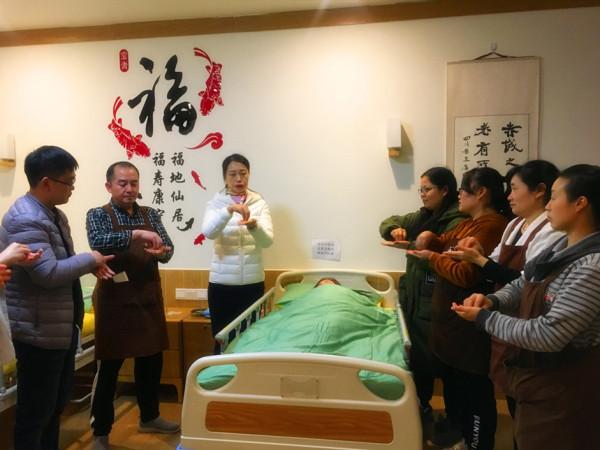 成都养老院一暄康养护理部陈护士长组织照护师开展七步洗手法培训