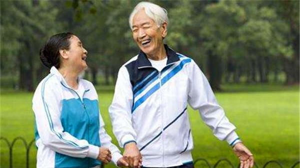 """成都养老院经验分享抗衰老和延年益寿""""勤奋""""当先-爷爷奶奶相视而笑"""